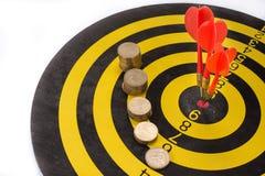 O objetivo do negócio é pretendido realizar em equipe dardos no fundo branco com setas, alvo médio Imagem de Stock Royalty Free