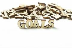 O objetivo escrito em letras de madeira, o conceito da palavra de ajustar objetivos fotos de stock royalty free