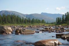 O obstáculo em um rio da montanha chamou o ` do jardim de rocha do ` imagens de stock