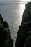O oceano ártico entre as rochas Foto de Stock Royalty Free