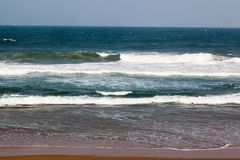 O Oceano Índico acena na praia de Umhlanga imagem de stock