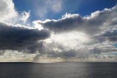 O Oceano Atlântico extensões nuvens do céu do meados de-oceano Um jogo da luz solar Fotos de Stock Royalty Free