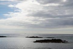 O Oceano Atlântico extensões nuvens do céu do meados de-oceano Um jogo da luz solar Fotografia de Stock Royalty Free