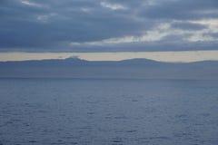 O Oceano Atlântico extensões nuvens do céu do meados de-oceano Um jogo da luz solar Imagem de Stock Royalty Free