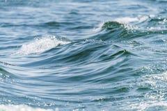 O oceano azul com ondas e ?gua de azul-c?u azul do espa?o livre surge fotografia de stock royalty free
