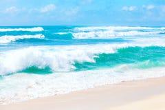 O oceano azul e verde bonito molha e acena de Havaí Imagem de Stock