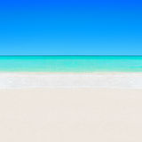 O oceano claro branco tropical do Sandy Beach e da turquesa molha o backg fotografia de stock