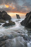 O oceano corre através do canal no porto Macquar da praia do farol Fotos de Stock Royalty Free