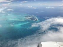 o oceano e a ilha azuis deslumbrantes foto de stock