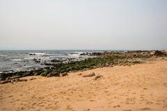 O oceano em Porto com seixos e espuma Fotografia de Stock Royalty Free