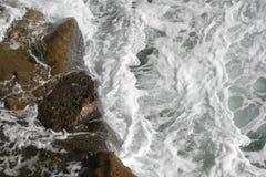 O oceano encontra as rochas nos penhascos Imagem de Stock