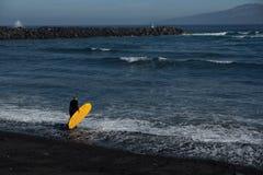 O oceano está chamando o surfista foto de stock