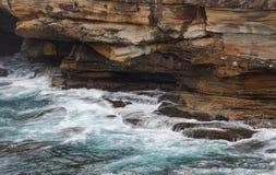 O oceano flui em cavernas do mar Imagens de Stock