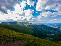 O oceano ilimitado dos céus com as nuvens brancas que flutuam nele Imagens de Stock Royalty Free