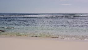 O oceano lava grandes pedras na costa de Seychelles vídeos de arquivo