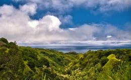 O oceano negligencia na estrada a Hana na ilha de Maui imagem de stock