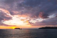 O Oceano Pacífico dramático do céu do por do sol colore Manuel Antonio National Park Beach Costa Rica fotos de stock