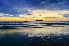 O Oceano Pacífico dramático do céu do por do sol colore Manuel Antonio National Park Beach Costa Rica imagem de stock royalty free