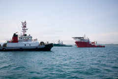 O oceano reboca o barco Imagens de Stock