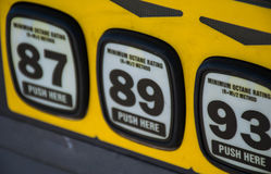 O octano a preços da gasolina da bomba aumenta e poluição no máximo recorde foto de stock
