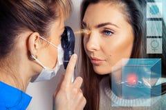 O oftalmologista examina os olhos usando um laser oftálmico devic imagens de stock