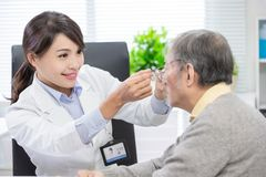 O oftalmologista fêmea vê o paciente imagem de stock