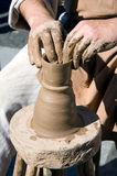 O oleiro crafting potenciômetros com argila Imagem de Stock Royalty Free