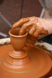 O oleiro dá forma ao potenciômetro Fotografia de Stock Royalty Free