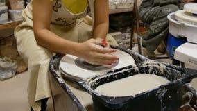O oleiro dá forma ao produto da argila na roda de oleiro vídeos de arquivo