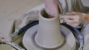 O oleiro d? forma ao produto da argila na roda de oleiro filme