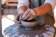 O oleiro está criando o produto de cerâmica na roda do ` s do oleiro imagens de stock