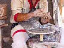 O oleiro está fazendo a cerâmica Fotografia de Stock