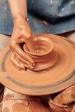 O oleiro faz um potenciômetro de argila imagem de stock