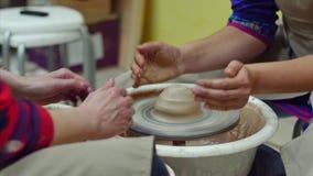 o oleiro 4k dá forma ao produto da argila com as ferramentas da cerâmica na roda de oleiro vídeos de arquivo