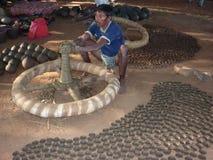 O oleiro trabalha a argila em uma roda Fotos de Stock