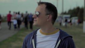 O olhar do homem novo no céu na frente da multidão vai ao horizonte vídeos de arquivo