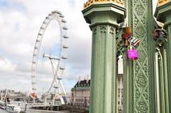 O olho de Londres é uma roda de Ferris gigante na margem sul do rio Tamisa em Londres Imagem de Stock Royalty Free