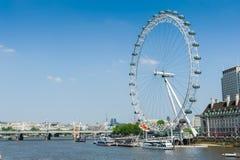 O olho de Londres pelo rio Tamisa Imagens de Stock Royalty Free