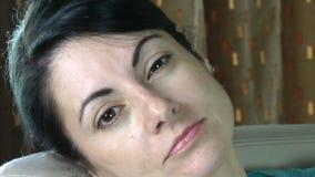 O olho sonolento de uma mulher boceja filme