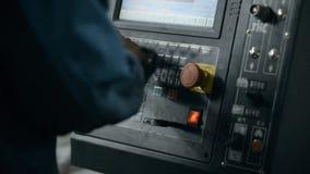 O operador ajusta a fabricação do programa vídeos de arquivo
