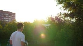 O operador controla remotamente o zangão O voo do zangão vídeos de arquivo