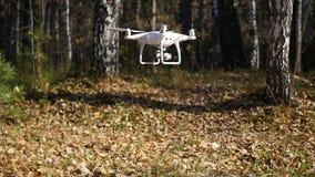 O operador controla remotamente o zangão Voo do zangão O amarelo sae acima no ar das hélices do video estoque