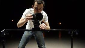 O operador da câmera dispara na câmera de utilização video do dslr, e no slider vídeos de arquivo