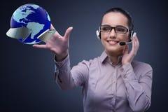 O operador de centro de atendimento no conceito do negócio global Foto de Stock