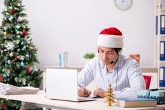O operador dos telesales durante a venda do Natal no telefone fotografia de stock royalty free