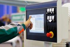 O operador prepara o equipamento com CNC para a tarefa nova foto de stock