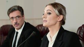 O orador da mulher de negócios responde às perguntas dos journalistas na conferência de imprensa filme