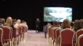 O orador diz o discurso na conferência Do seminário da conferência executivos do conceito do treinamento Negócio e empreendimento filme