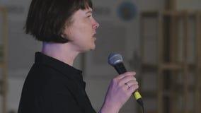 O orador está dando o discurso no evento do negócio vídeos de arquivo