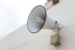 O orador exterior para anuncia a mensagem ao público Fotografia de Stock Royalty Free